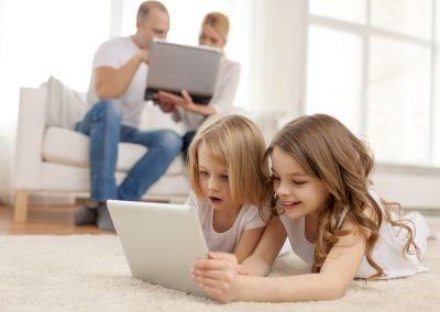 Famille connectée à Internet