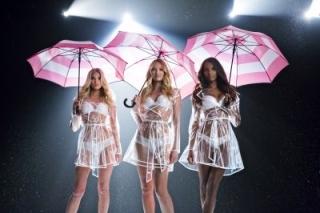 victoria-s-secret-une-nouvelle-campagne-avec-des-parapluies