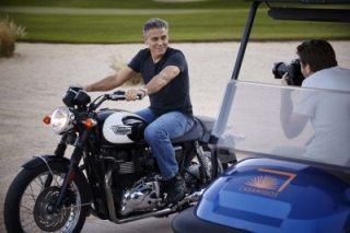 Omega - George Clooney pose pour la montre Speedmaster'57