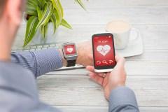 Dans le cadre de la Journée Mondiale Alzheimer, une enquête a été réalisée concernant l'utilisation des appareils connectés par les personnes âgées de plus de 50 ans. 25 % des répondants indiquent avoir déjà utilisé un objet électronique.  Quels sont les appareils connectés les plus connus ? Selon ce sondage, 86 % de ceux âgés de 50 ans et plus connaissent au moins un objet connecté. À la tête des appareils connectés les plus connus, on retrouve les montres qui mesurent l'activité cardiaque, pour 72 % des sondés. Viennent ensuite les bracelets, le tracker d'activité, le podomètre, le tensiomètre et la balance. Objets électroniques en matière de santé : les dispositifs auditifs En ce qui concerne les appareils auditifs, l'enquête indique que les personnes interrogées ne les associent pas à la « révolution numérique ». Pourtant, le sondage révèle que tous ces objets seront connectés d'ici un an. Ainsi, seuls 3 % de ceux ayant participé à cette étude disent avoir déjà utilisé ce type d'appareil. Pourtant, 48 % des sondés disent que les appareils auriculaires connectés sont un moyen pour eux de se sentir moins isolés. Pour 38 % d'entre eux, c'est une façon d'assurer le suivi de plusieurs conversations quand ils sont dans des endroits où il y a beaucoup de bruit. Enfin, 33 % de ces Français pensent que ce type d'objets électroniques peut les aider à se reconnecter avec ceux qui les entourent. Un moyen d'assurer le maintien à domicile des seniors Les personnes âgées en perte d'autonomie n'ont parfois d'autre choix que d'aller habiter en maison de retraite. Cependant, grâce à certains appareils connectés, elles peuvent rester chez elles plus longtemps. En effet, ces dispositifs électroniques assurent un suivi de santé, une sécurisation du domicile, ou encore la préservation du lien social.