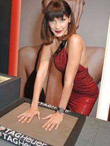 Bella Hadid, mannequin et ambassadrice de Tag Heuer a une montre a son effigie