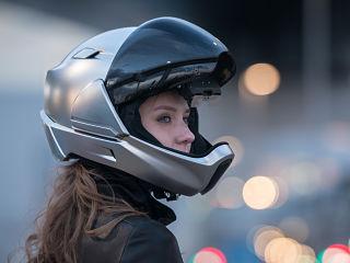 CrossHelmetX1, casque connecte pour motards avec visibilite 360 degres