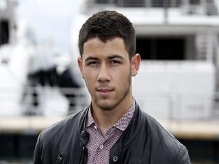 Nick Jonas avec John Varvatos, le chanteur sort le parfum JV x NJ