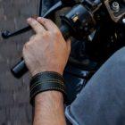 Le bracelet connecté « Woolf » : une invention pour les deux roues