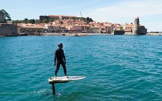 Surf powerfoil, un sport aquatique avec une planche electrique de conception francaise