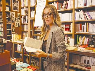 Quay Australia : Chloe B, la YouTubeuse francaise incarne une collection de lunettes anti lumiere bleue