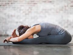 Yoga et douleurs menstruelles, postures pour les regles douloureuses