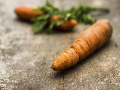 deux carottes sur une table