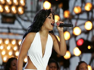 Amel Bent en train de chanter