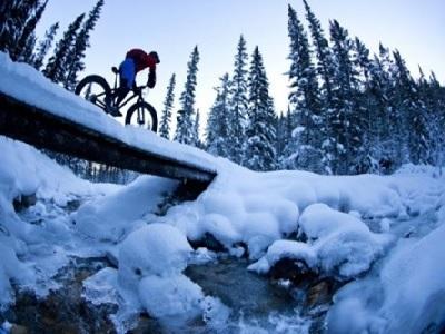 Faire du velo dans la neige